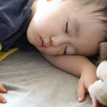 働くママと子どもは、母子そろって寝不足傾向にある!? 出産後の復職と、親子の睡眠時間の関係とは?